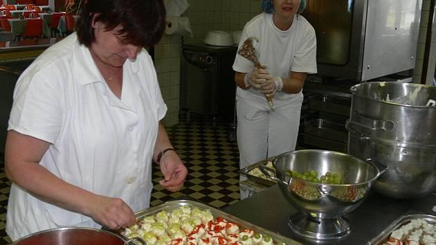 Přípravy ve školní kuchyni