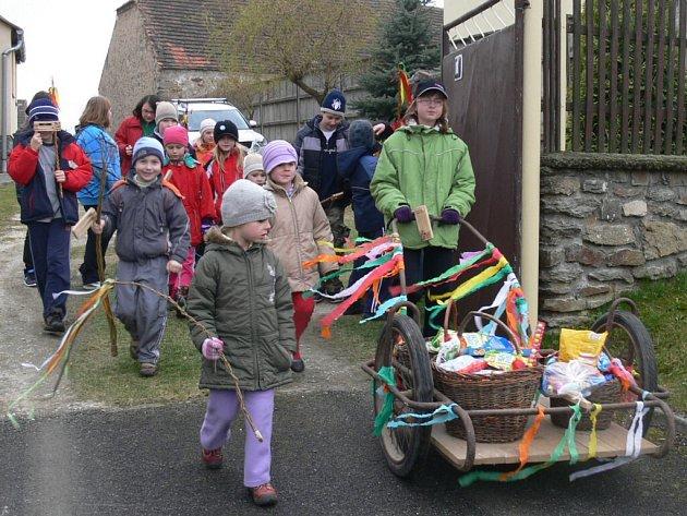 Velikonoční obchůzka v Třebohosticích.