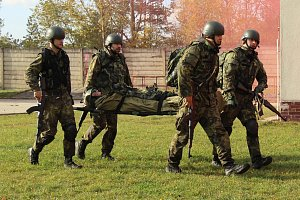 Zdravotnická pomoc v případném boji byla tématem výcviku vojáků ve Strakonicích