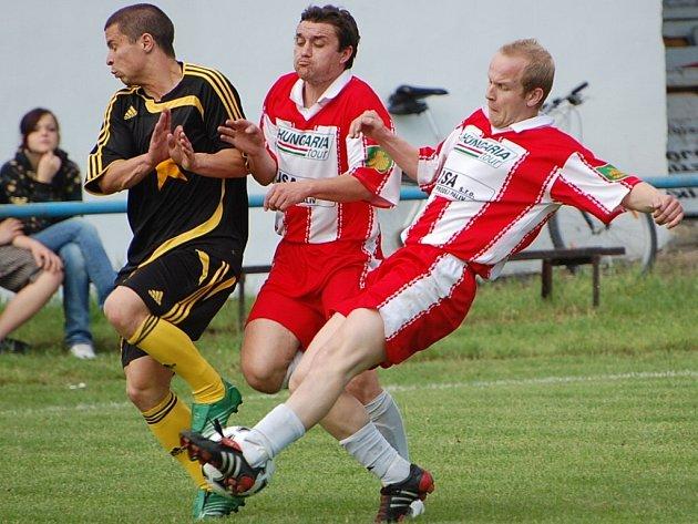 Jan Moravec (vlevo) zařídil výhru Vodňan na Hluboké, dal všechny tři góly.