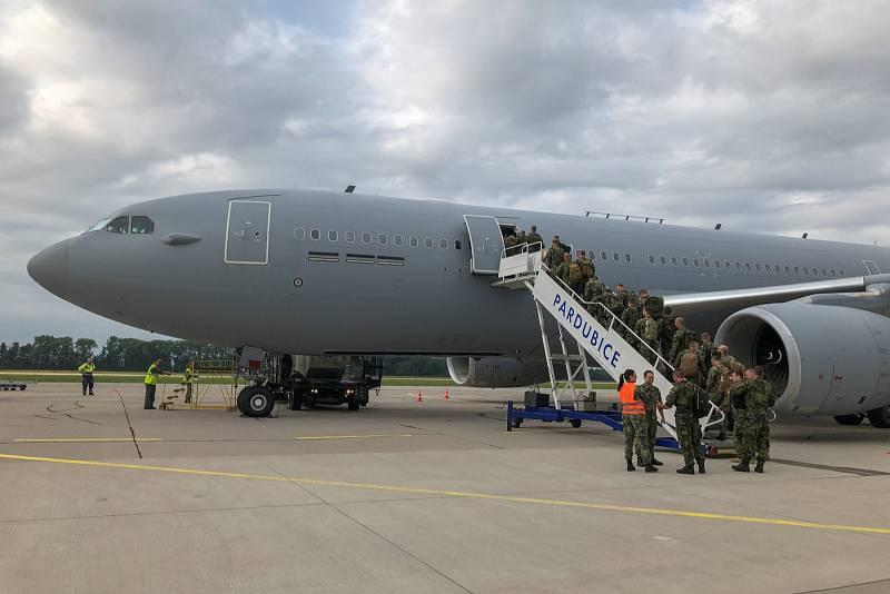 Vojáci odletěli z vojenského letiště v Pardubicích v úterý 20. července.