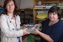 Na snímku jsme při stěhování zastihli zleva ředitelku knihovny Andreu Karlovcovou a Marcelu Rejkovou z dětského oddělení.
