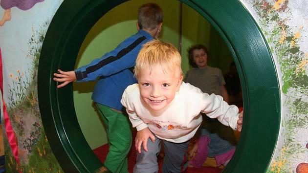 Děti si nový dárek užily poprvé při akci Zamávejte prázdninám s knihovnou.