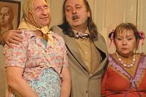 Zleva jsou Miloslav Pikolon jako Outěchová a Jiří Zikmund jako Dr. Zvonek Burke.
