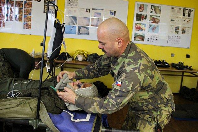 V posádce 25. protiletadlového raketového pluku uskutečnil další z řady speciálních zdravotnických výcviků CLS (Combat LifeSaver).