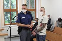 Obžalovaného přivedla k soud eskorta.