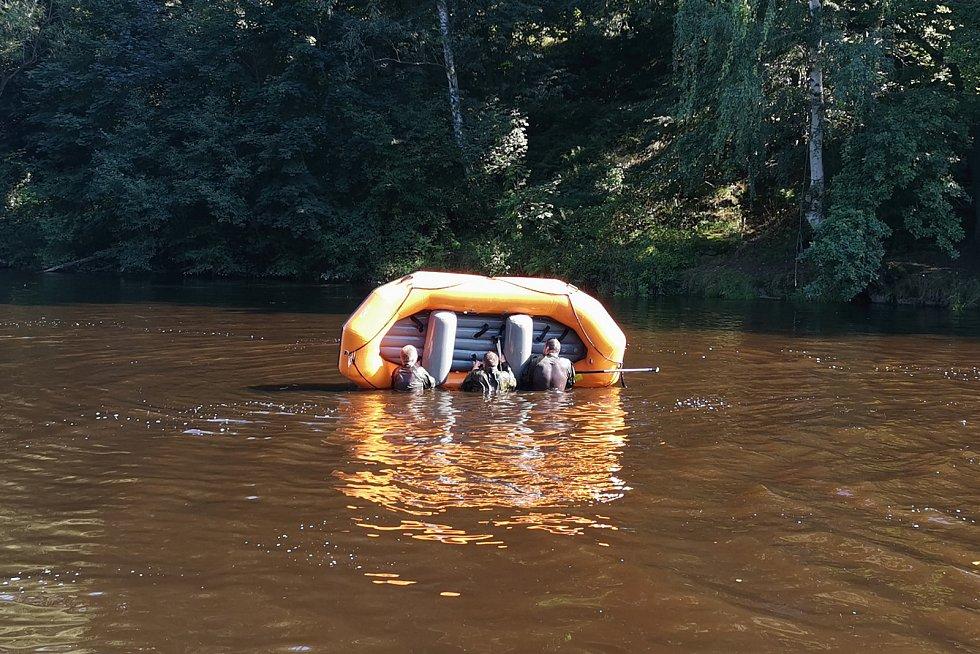 Cvičili například i to, co dělat, když se převrhne raft. Nejdříve na klidné vodě.