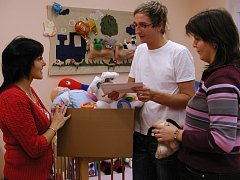 Peněžní dar, hračky a oblečení pro děti předala ve čtvrtek 6. listopadu  distribuční inspektorka Strakonického Deníku Marie Šampalíková (vlevo) řediteli centra Martinu Karasovi (na snímku) a sociální pracovnici Dagmar Kůrkové.
