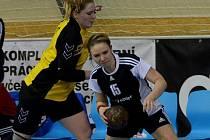 Veronika Cyprysová (vpravo) má pravděpodobně natržené vazy v koleni.