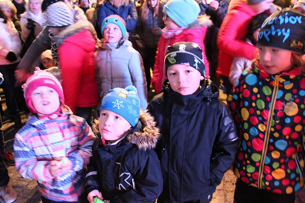 Příjemné ač mrazivé odpoledne strávili mnozí Strakoničtí v centru města při zahájení adventu.