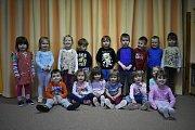 Žáci 1. C Základní školy Litvínov - Ruská s třídní učitelkou Evou Mariničovou a asistentkou pedagoga Lucií Tvrzníkovou.