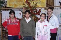 Děti z Dětského domova ve Volyni před vánočním stromkem.
