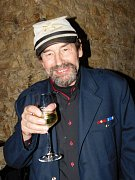 Na křest své knihy si Jan Bauer oblékl svéráznou uniformu.