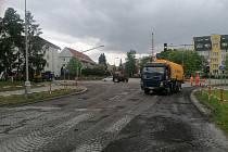 Ve Strakonicích začalo frézování povrchu komunikace na křižovatce u nádraží, které je předzvěstí úprav ulice Písecká. Ty začnou 1. června a potrvají do poloviny července.