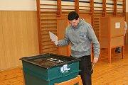 Začátek voleb v bývalé škole v Lidické ulici ve Strakonicích.