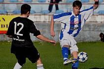 Strakonice doma na jaře vyhrály všechny tři zápasy. Naposledy porazily 1. FK Příbram B 2:1. Na snímku u míče je Petr Kotrba, vlevo stojí Martin Krameš.