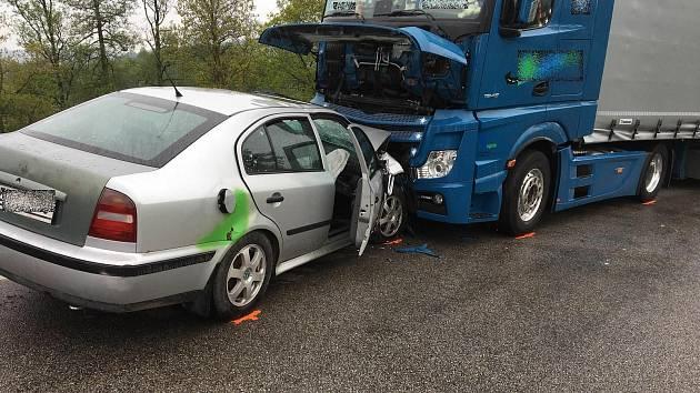 U Svinětic na Strakonicku se střetlo osobní auto s kamionem.