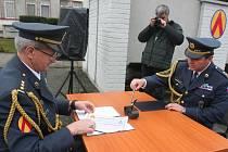 Pluk V Lipkách má nového velitele. Na snímku podepisují listiny (vlevo) Vladimír Barca a Ján Sedliačik.