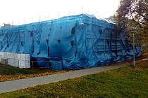 Dokončení stavby zpozdil azbest.