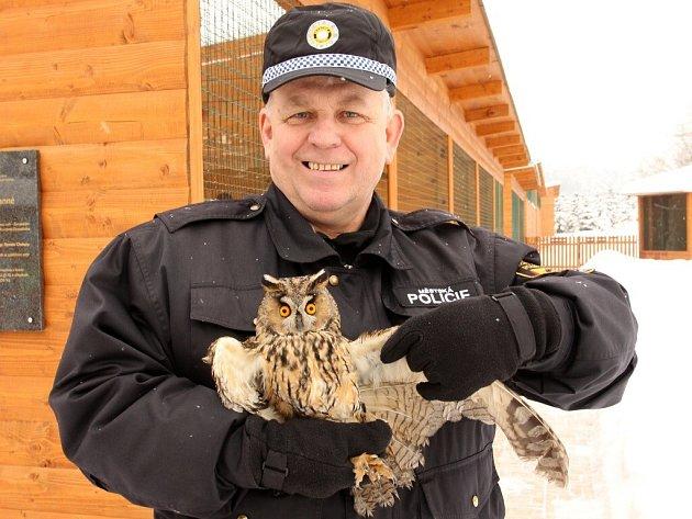Na snímku drží zachráněnou sovu Jiří Čaloun.