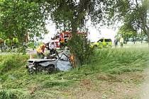 Dva mladí lidé zemřeli v pátek ráno na Strakonicku po nárazu do stromu.