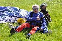 Tandemový seskok padákem si radostně užil devadesátník Stanislav Kubišta.