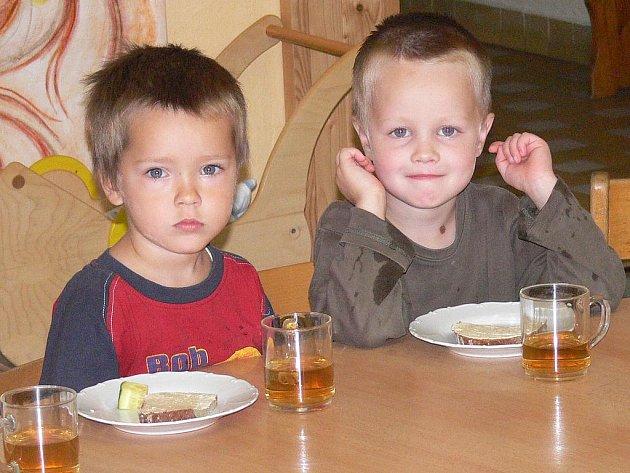 Při svačině se děti sesednou u jednoho stolu.