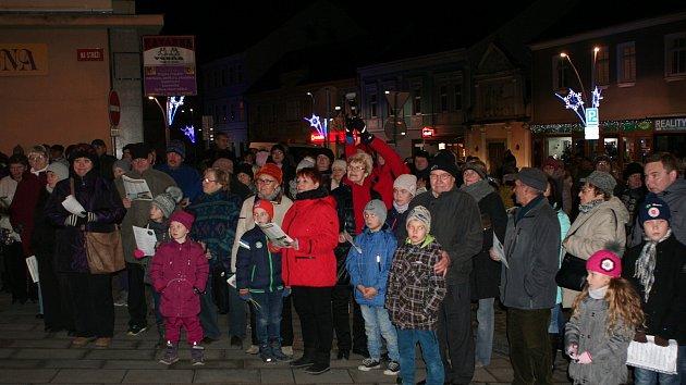 Velké náměstí zaplnily stovky lidí.