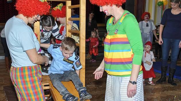Dětský maškarní karneval ve velkém sále Sokolovny ve Strakonicích.