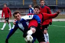 Sedlický Martin Běloušek (vlevo) v souboji o míč s dačickým Tadeášem Jindrou.