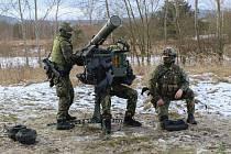 Nabíjení protiletadlového kompletu RBS-70NG.