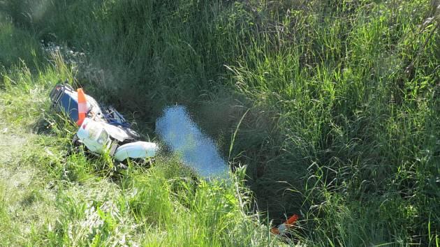 Pod crossovou motorkou byl u  Škůdry nalezen mrtvý motocyklista.