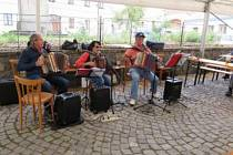 Harmonikáři zahraní ve stanu na náměstí už potřetí.