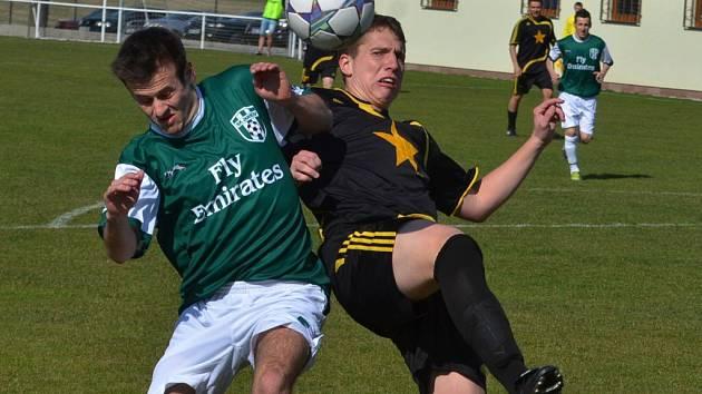 Jediný jarní bodový zisk si fotbalisté Vodňan připsali v utkání s Jankovem. Na jeho hřišti vyhráli 2:1. Na snímku zleva jsou v souboji domácí Lukáš Voráček se Stanislavem Šteierem.