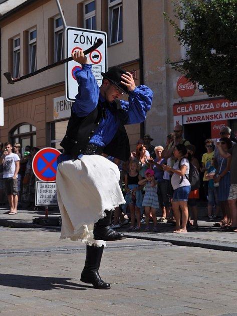 Člen maďarského souboru při průvodu městem