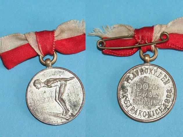 Na líci cenné medaile ze 14. srpna 1927 je plavec, připravující se ke skoku do vody. Na jejím rubu pak disciplína, ve které byla udělena. Čí hruď zdobila už ale známo není.