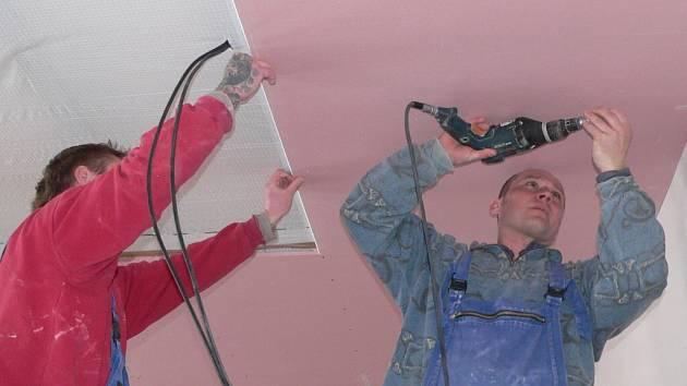 Dělníci při montáži sádrokartonu.