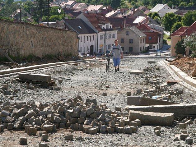 Bělčické náměstí prochází rekonstrukcí. Podle starosty postupují práce podle harmonogramu.