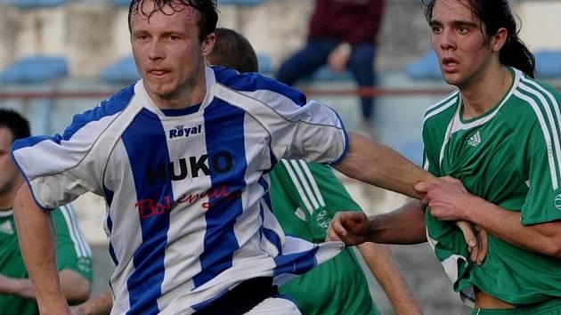 Strakonický Jiří Benedikt (vlevo) odehrál kvůli zranění v Řevnicích jen první polovinu utkání.