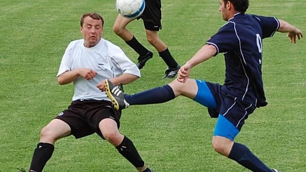 Fotbalisté Volyně se s Katovicemi B v utkání 21. kola okresního přeboru rozešli smírně 1:1. Na snímku jsou zleva volyňský Stanislav Lukeš v souboji s Benešem.