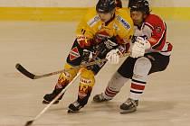 Strakoničtí hokejisté jsou krok od obhajoby titulu krajského přeborníka. Radovat se mohou už tento pátek – v případě, že i napodruhé porazí Božetice. Vpravo je Jaroslav Bartoš, který dal v prvním finálovém utkání (7:1) dva góly.