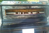 Poničené piano.