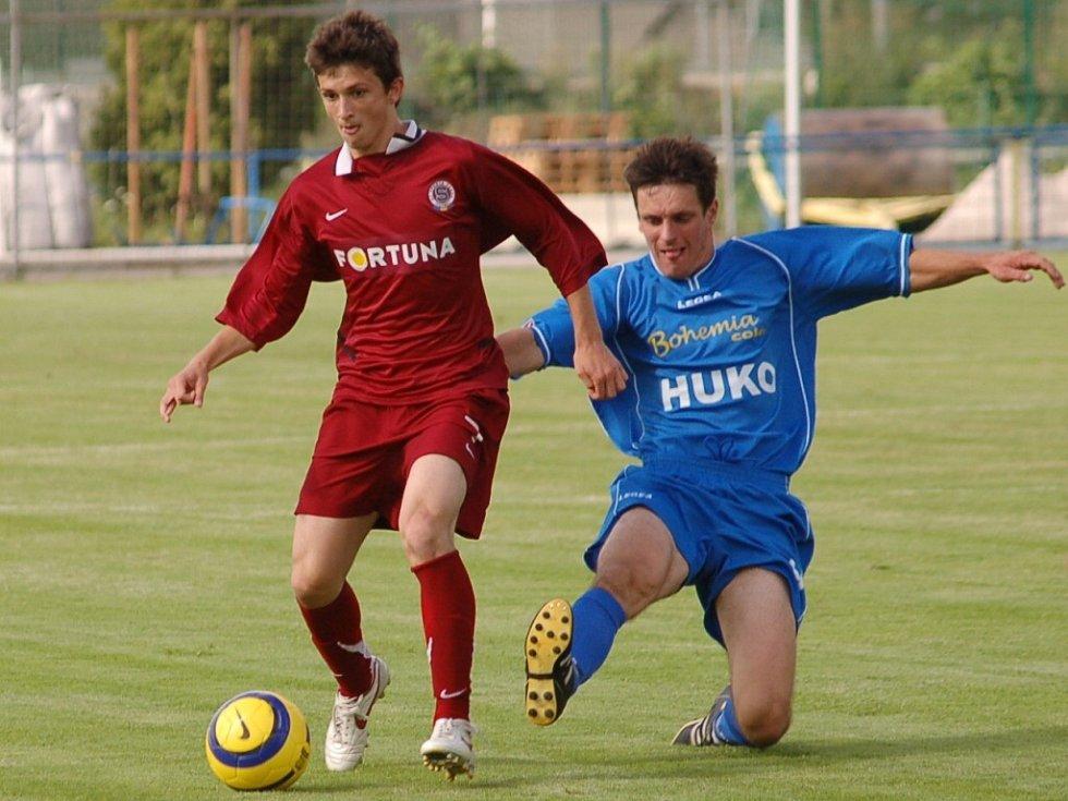 Michal Chvosta by měl být po prodělaném svalovém zranění trenéru Jaroslavu Voříškovi už dnes k dispozici (na snímku z utkání se Spartou B je Chvosta vpravo v souboji s Radou).
