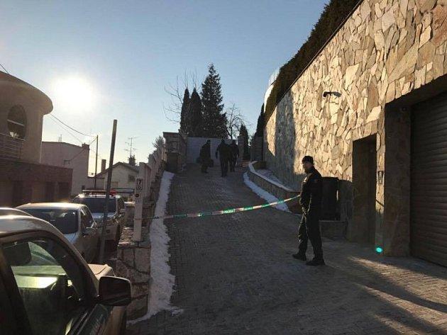Policie na vstupní cestě na pozemek Milana Kňažka vBratislavě