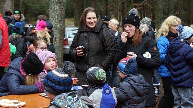 Obyvatelé Cehnic a Dunovic se tradičně sešli u dubu. Popovídali, popili svařák a popřáli si do nového roku.