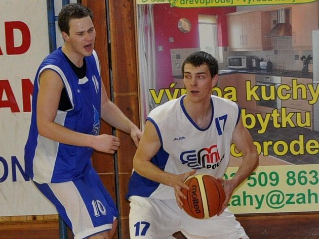 Basketbalisté Strakonic (v bílém) ve finálové skupině II. ligy s Domažlicemi jednou prohráli a jednou vyhráli.