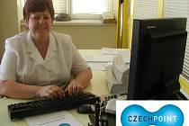 Pracovnice obsluhující CZECH POINT na strakonické poště Alena Kovaříková.