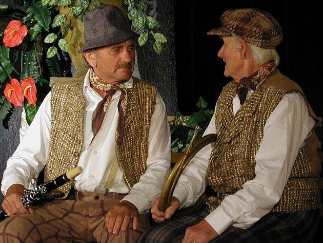 Divadelní ochotníci z Novosedel měli premiéru hry se zpěvy o Františku Kmochovi.  Na snímku jsou  zleva Josef Pichler a Stanislav Talian st.