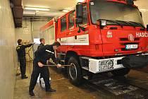 Čtyřkolová Tatra slouží na strakonické stanici od listopadu loňského roku. Zatím se však k ostrému výjezdu nedostala. Nejdříve se s ní musí všichni dokonale naučit. Foto: Deník/Michaela Holmanová