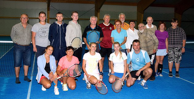 Účastníci tenisového turnaje ve smíšených čtyřhrách.